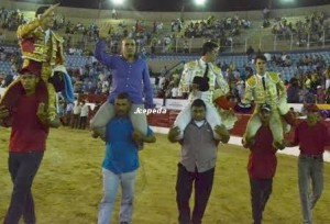 Maracaibo_salida_hombros_toreros_ganadero
